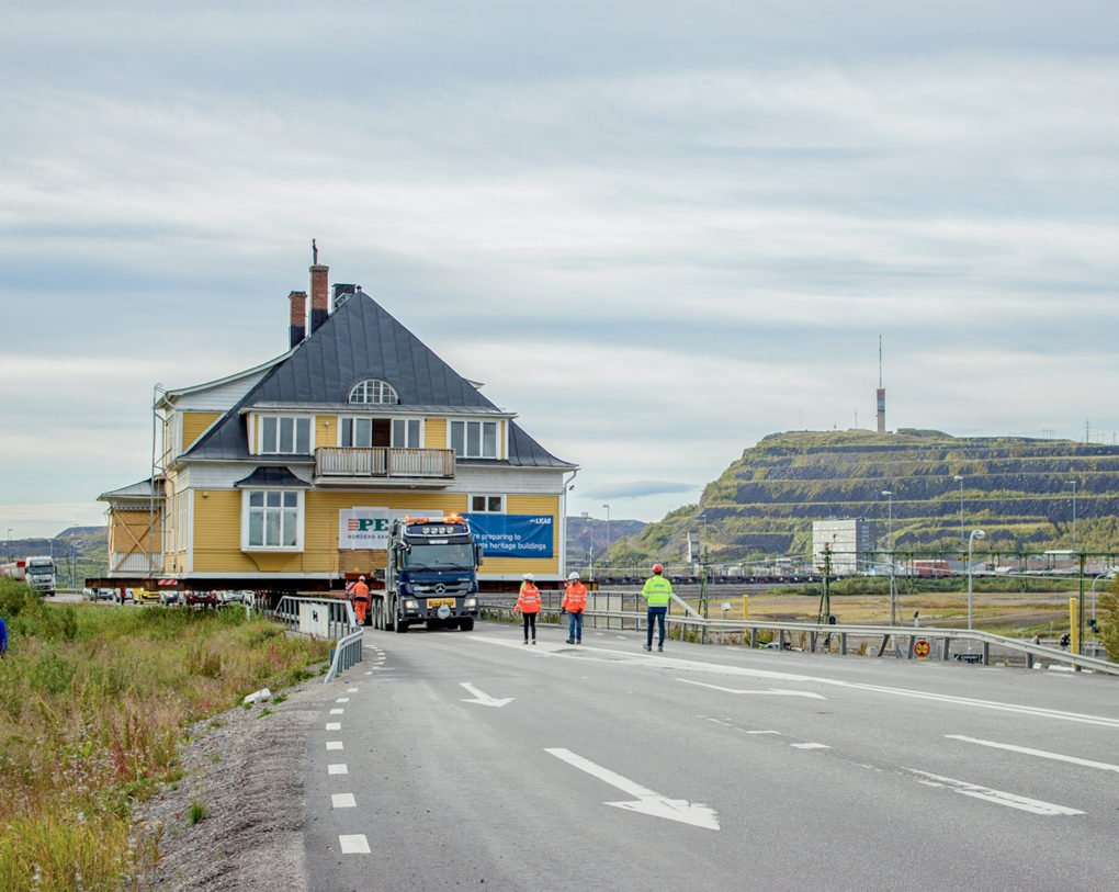 The Ingenjörsvillan (engineer's house), built in 1900 in Kiruna, was moved to a new site outside the mine's deformation zone on August 31, 2017. Photo by Jessica Nildén.